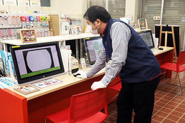 画像: 店舗内のモニターを使って、センサークリーニングの効果を実際に確認できるので安心です。