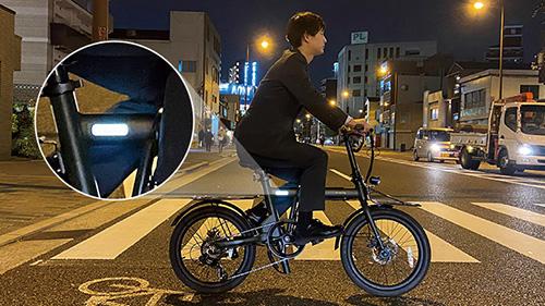 画像: 2系統のバッテリーで最大100キロを走破できる電動アシスト折り畳み自転車