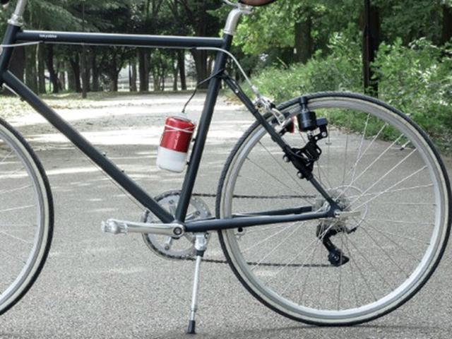 画像: 自転車の後輪に装着して発電する。