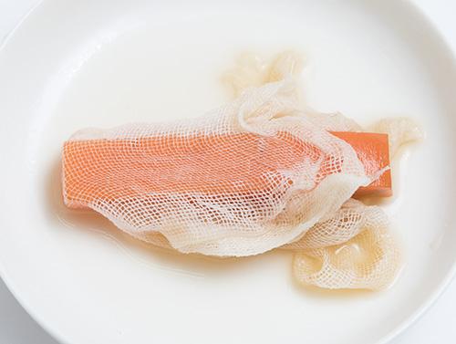 画像: スティック状に切ったニンジンを煮て、煮汁に湿らせたガーゼでくるんだもの。