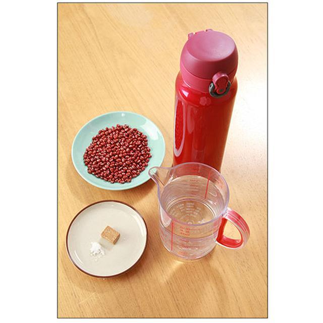 画像: 保温用ポット(横に倒せる物)、アズキ(乾燥)…50g、固形コンソメ…1個、塩…適宜、熱湯…400~500ml。
