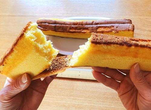 画像: 手づかみで大胆に!茶色い部分の甘くほろ苦い味もたまりません。