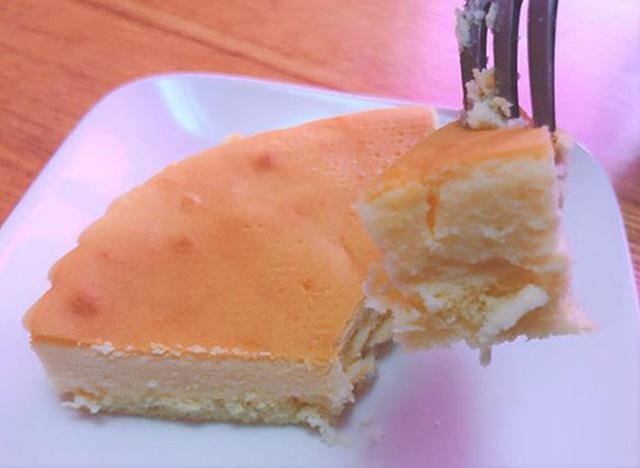 画像: チーズケーキも下のスポンジもしっとり。1/4カットで約250円はお得です!
