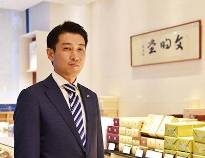 画像: 文明堂の4代目社長である宮﨑進司氏 www.bunmeido.co.jp