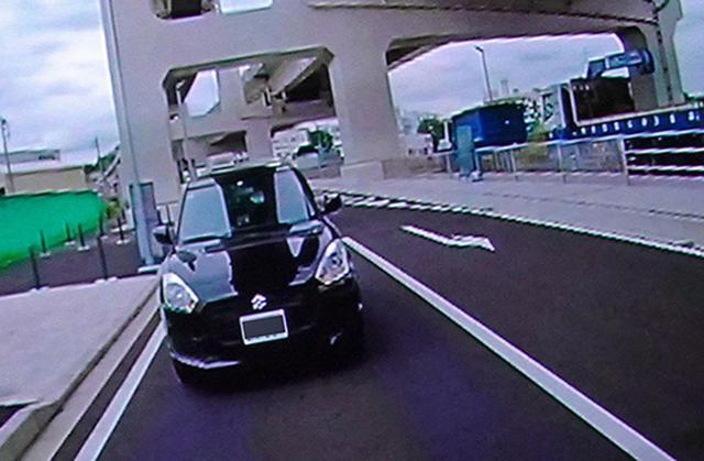 画像: 急に迫ってくるクルマがいたら速やかに車線を譲るべき。それに気付くことが一番の煽り運転対策なのだ
