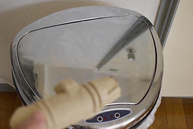 画像: ノズルを軽く叩くだけで、本体に触れることなく燃えるゴミで廃棄できる。