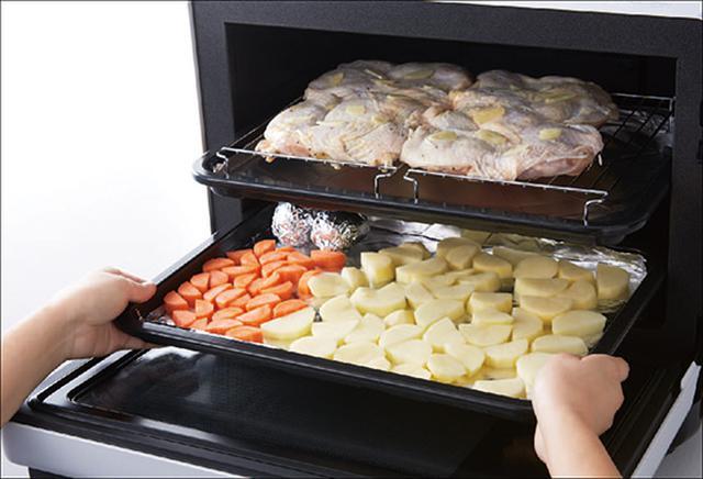 画像: 主菜と副菜をまとめて、2段使ってたっぷり8人分を調理することも可能。