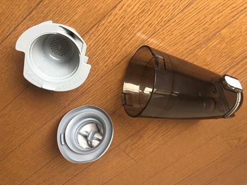 画像: ダストケース(写真右)と2つのフィルターは水洗い可能。