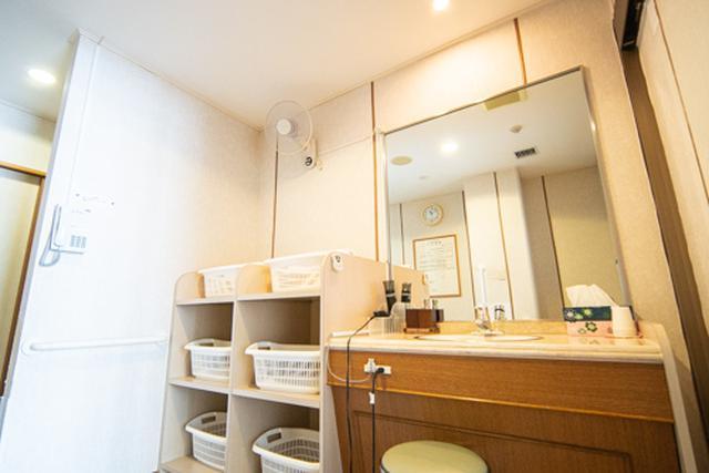 画像: 更衣室には大きな鏡、ドライヤーを装備した洗面台もあり広さも十分。それが故に時間の短さだけが気になります。