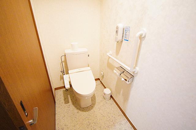画像: 更衣室から直接行ける専用のトイレも用意されています。トイレ自体も広く、多機能トイレになっているところもいいです。