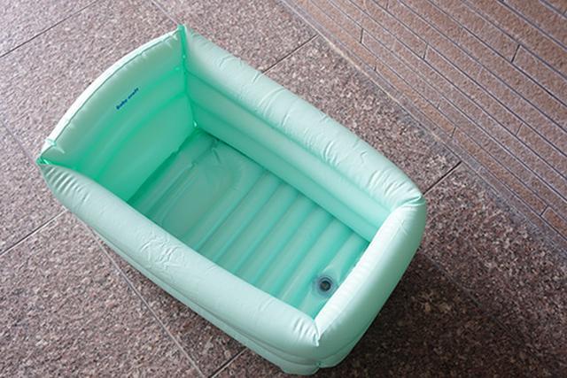 画像: 空気を入れるタイプのベビーバスを膨らませたところ。比較的簡単に膨らみ、空気を抜いて小さくして収納することも可能です。