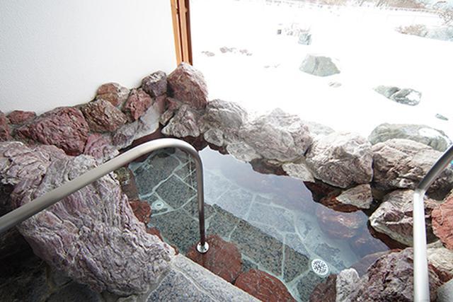 画像: 広くはありませんが、露天風呂もあります。夫婦ふたりで入るには十分以上の広さです。景色もよく開放感もあります。
