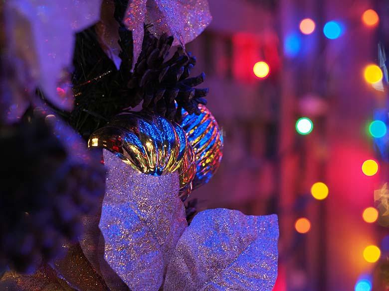 画像: クリスマスシーズンのイルミネーションには、その雰囲気を盛り上げる装飾が多く見られる。中望遠マクロレンズを使用して、そんな装飾品の一部をクローズアップ。変化に富んだメタリックな球体に、周囲の色鮮やかなイルミネーションが反射していた。 オリンパス OM-D E-M1 Mark II M.ZUIKO DIGITAL ED 60mm F2.8 Macro 絞り優先オート F3.5 1/10秒 WB:晴天 ISO1600