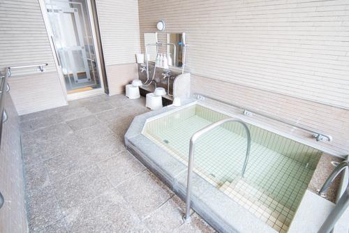 画像: 乳児と3人で利用するにはやや広すぎるともいえる洗い場と浴槽。低張性アルカリ性冷鉱泉で筋肉痛や神経痛、関節痛などに効果があるそうです。