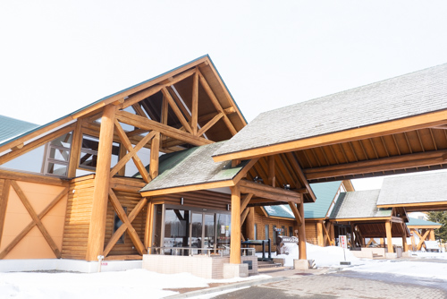 画像: 事実上、苫小牧市から浦河町へ続く海岸線沿いの国道235号線から曲がり、高台の上にある「新冠温泉 レ・コードの湯」。