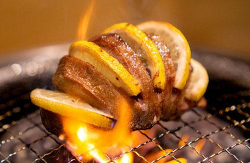 """画像: 「ときわ亭」の名物の一つ「""""肉塊""""レモン牛たん」1490円。(GOSSO提供)"""