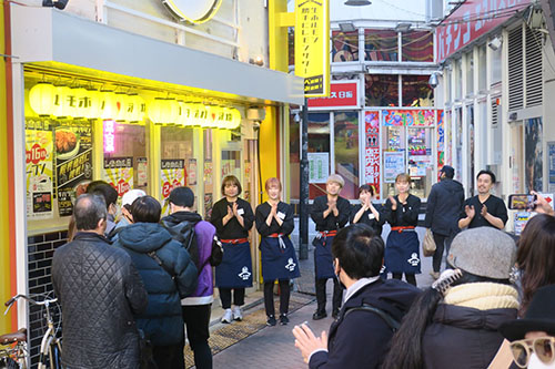 画像: 2月16日「レモホル酒場」渋谷店がオープンする直前、スタッフが行列の顧客に感謝の言葉をもって出迎えた。(筆者撮影)