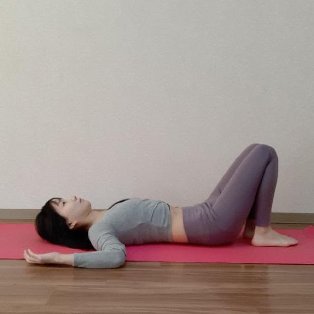 画像: 仰向けになり姿勢を整えましょう