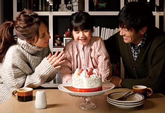 画像: テーブルに置いておくだけで、家族全員が写った写真を自動的にどんどん撮影してくれる。自然な表情が撮れるのも魅力だ。