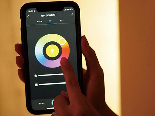 画像: 「スマートLED電球(RGB調色)」は、生活時間やパーティーなどの用途に合わせて、さまざまな色の演出をスマホで設定できる。