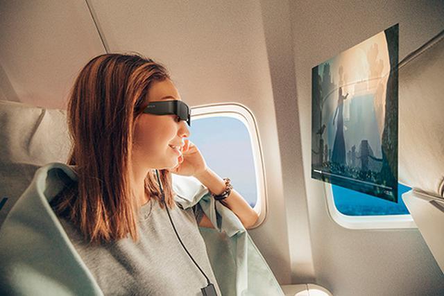 画像: 仮想視聴距離が5メートル先の場合、120型の高精細・大画面が現れる(仮想視聴距離が2.5メートルの場合は60型相当)。