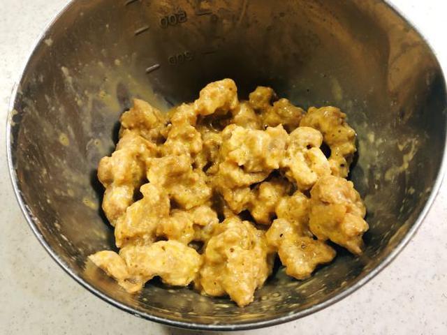画像: 溶き卵をつけると肉のボリュームがアップし、ふわふわ食感になります。