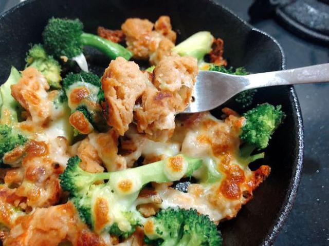 画像: ①の下味をした段階で小さい肉は取り出し、茹でたブロッコリーととろけるチーズを加えてオーブンで加熱。小さな一品ができました!