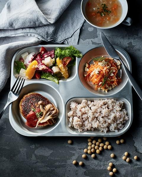画像: 「UPGRADE Plant basedkitchen」では、大豆を使ったハンバーグや唐揚げ、ラザニア、デザートなどを提供。 www.upg-pbk.com
