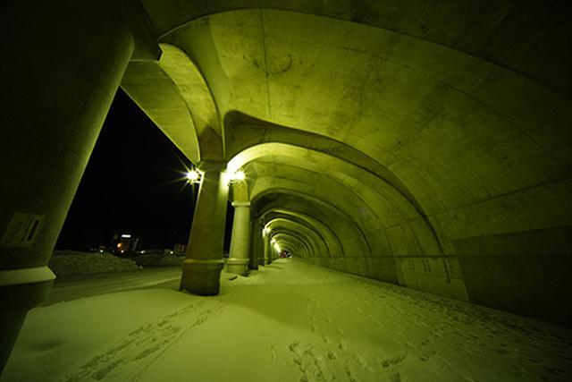 画像: LAOWA 11mm F4.5 FF RL/Sony α7R III/11mm/絞り優先AE(F8.0、2.5秒)/ISO 100/露出補正:−0.7EV/WB:晴天 稚内にある北防波堤ドームを日没後に撮影しました。F8.0まで絞って画面全体の解像力をアップし、点光源のライトから10本の光条が発生するように撮影しました。