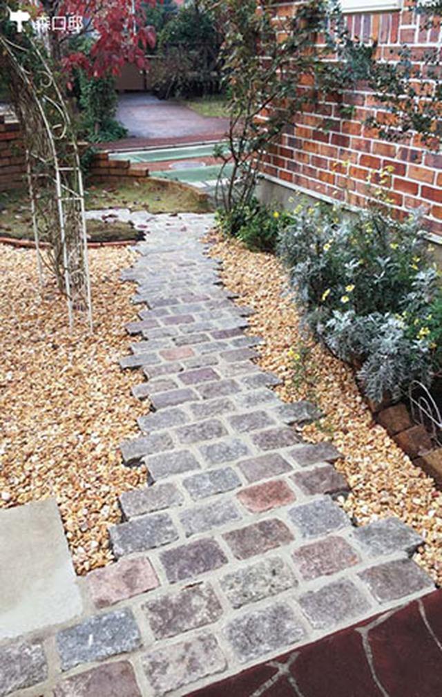 画像: リズミカルなタイル型の石