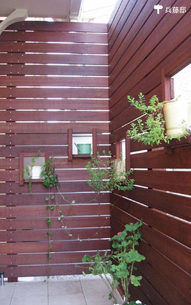 画像: 抜け感のある小窓つきのフェンス