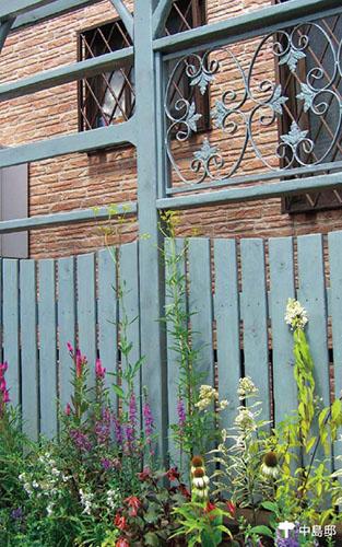 画像: フェンスの足元に花の演出を