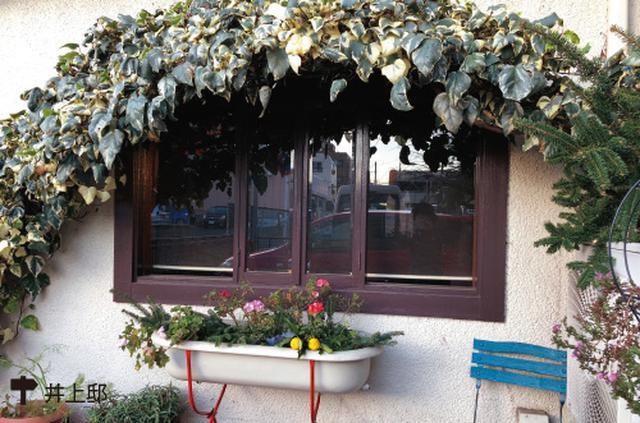 画像: 窓ぎわに陰を生むアーチ