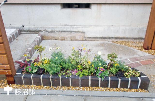 画像: 玄関前のさりげない草花スペース