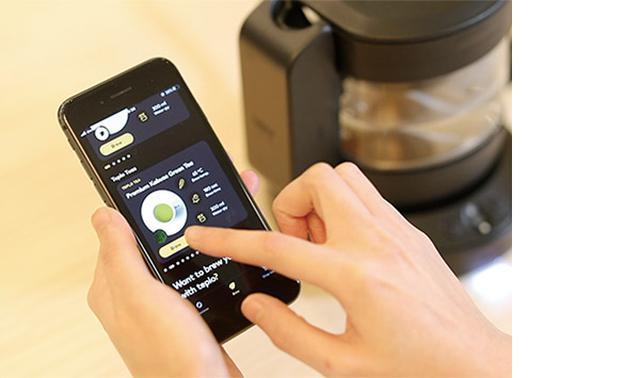 画像: 葉の量や水量、抽出温度をアプリで管理。茶葉の知識がなくても本格的なお茶を堪能することができる。