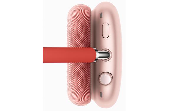 画像: 写真上側のボタンでノイズキャンセル機能の切り替えが、下側のツマミ(Digital Crown)で音量調整と再生・停止・スキップ、Siriの起動といった操作が行える。