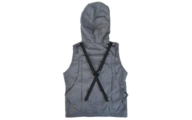 画像: 背中のポケットはベルトで固定するので、入れたものが揺れたり落ちたりする心配がありません。