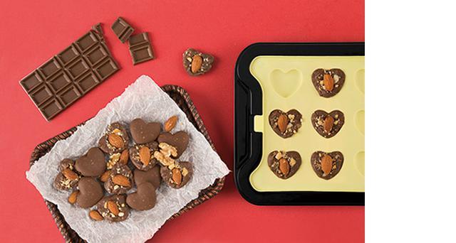 画像: 板チョコからナッツチョコレートが作れる
