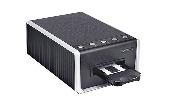 画像: 本体に挿入したフィルムホルダーを、ゆっくりとスライドさせながらスキャンをしていく仕組み。スキャンの設定や操作は専用ソフトで行うが、本体にもスキャン開始ボタン(ポジ/ネガ/カスタムの3種)を備えている。