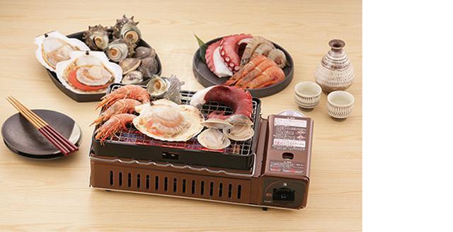 画像: 海鮮焼きや焼き肉のほか、ソーセージやちくわなど、身近な食材を焼くのもオツだ。
