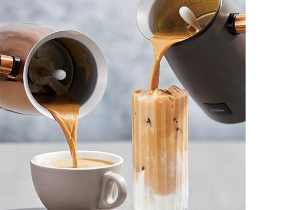 画像: 香り高いオリジナルチョコフレークを使用。氷を入れたグラスに注げばアイスショコラに。 チョコレートフレークは12種類を用意(各250円)