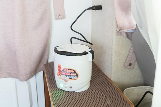 画像: やってはいけないと書いてあるが、ほかに選択肢がなく、キャンピングカーのバッテリーからの電源で炊飯することもしばしば。