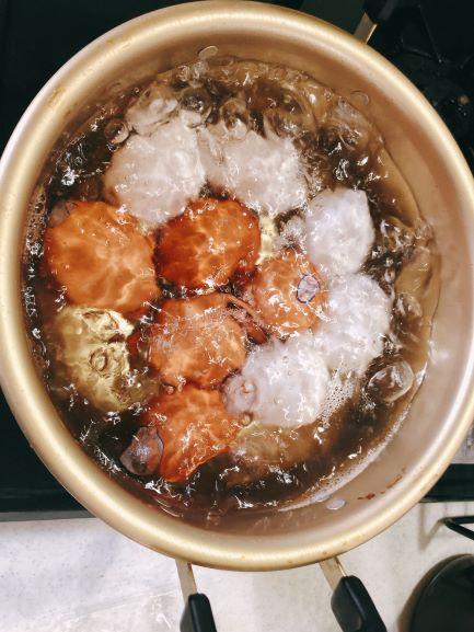 画像: 鍋のお湯が沸騰したら、おたまでそっと卵を入れます。