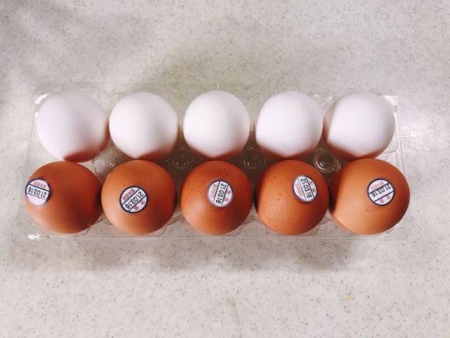 画像: 赤と白の卵を10個用意(我が家は3人家族なので1人3.3個)。少し前に冷蔵庫から出して常温に戻します。