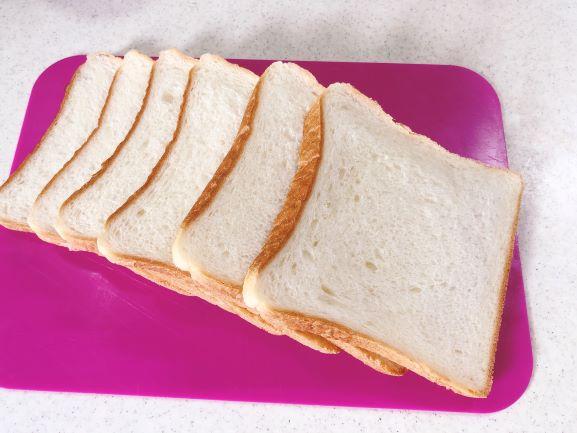 画像: 10枚切りの食パンを1人分2枚使用。このまま食べてもおいしい、ふわふわしっとり食パンです。