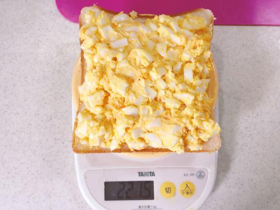 画像: この時点で重量は221.5g。量りを使うと具材を均等に分けられます。