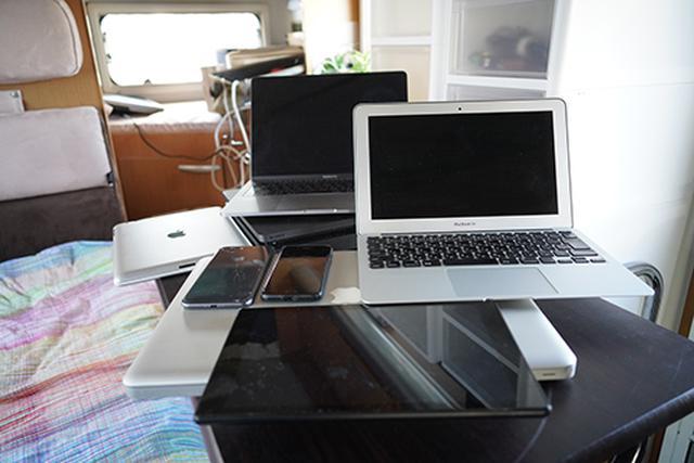 画像: 妻と筆者のスマホ、タブレットが2台、ノートパソコンが3台、PS4にアマゾンFire TV Stickがあれば、十分だと思っていました。