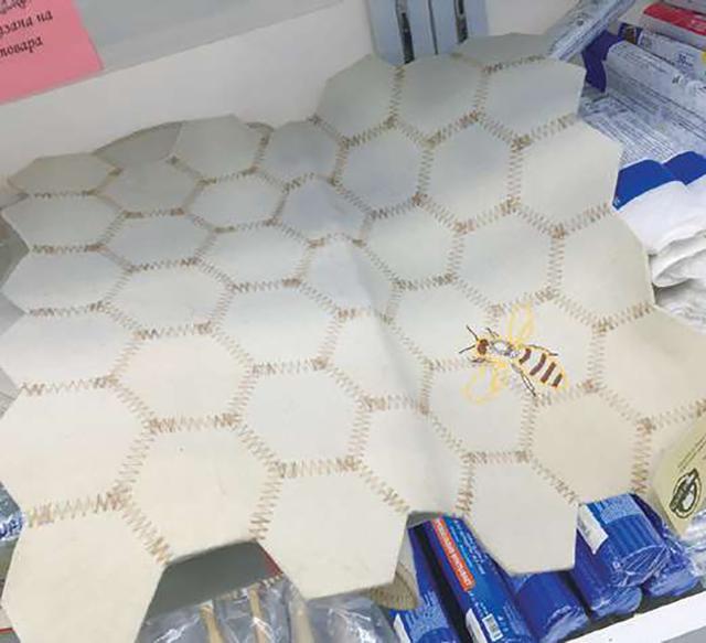 画像: 蜂の巣型のサウナマット 出典:『女性のためのサウナ・ハンドブック サウナ女子の世界 』