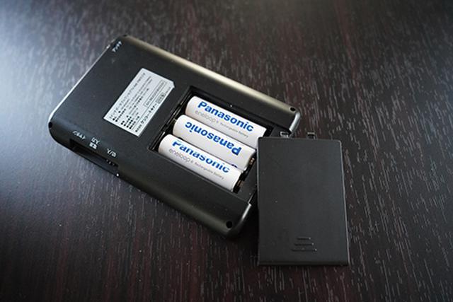 画像: 単3形アルカリ乾電池3本で、ほぼ一晩テレビモードでもしっかりと動いてくれるのは心強いです。