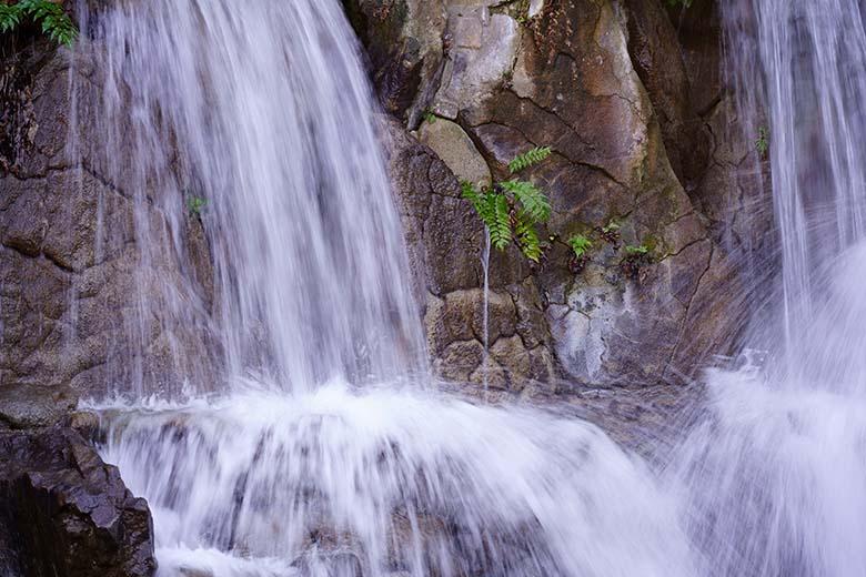 """画像: 勢いのある水流のため、1/30秒より少しだけ低速でも、ある程度はブレた描写になっている。だが、低速シャッター撮影でイメージされる""""糸を引くような描写""""には到達していない。"""